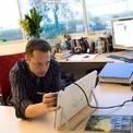 <p> Năm 1990, khi là sinh viên năm nhất Đại học Queens, Musk kiếm tiền bằng việc bán máy tính và phụ kiện cho các sinh viên khác. Hai năm sau, ông chuyển tới Đại học Pennsylvania với học bổng một phần. Để chi trả số học phí còn lại, ông cùng một người bạn biến căn nhà đi thuê của mình thành quán bar với giá vào cửa 5 USD/người. (Ảnh: <em>Flickr</em>)</p>