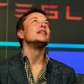 <p> Sau khi rời PayPal, ông tập trung vào công ty thám hiểm không gian SpaceX. Vài năm sau đó, ông trở thành đồng sáng lập hãng xe điện Tesla. Đầu năm 2008, Tesla chứng kiến sự mâu thuẫn của những người sáng lập. Kết quả là hai nhà đồng sáng lập Martin Eberhard và Marc Tarpenning rời công ty. Đây cũng là thời điểm chiếc mui trần Tesla đầu tiên được giao cho Elon Musk và dây chuyền sản xuất dòng xe này được bắt đầu. (Ảnh: <em>Reuters</em>)</p>