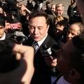 """<p> Từ đầu năm đến nay, cổ phiếu Tesla tăng """"chóng mặt"""" giúp công ty trở thành hãng ôtô giá trị nhất thế giới với vốn hóa thị trường khoảng 500 tỷ USD. Cổ phiếu hãng xe điện này cũng được đưa vào chỉ số S&amp;P 500 từ ngày 21/12. Nhờ đó, Elon Musk là tỷ phú kiếm được nhiều tiền nhất từ đầu năm với 100,3 tỷ USD. Theo Bloomberg, tỷ phú 49 tuổi này hiện sở hữu khối tài sản gần 128 tỷ USD, là người giàu thứ 2 thế giới, chỉ sau Jeff Bezos – CEO Amazon. (Ảnh: <em>Getty Images</em>)</p>"""