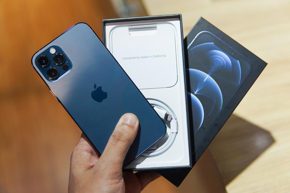 iPhone 12 xách tay ồ ạt giảm giá