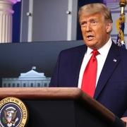 Dow Jones vượt 30.000, Trump bất ngờ họp báo một phút để 'khen'