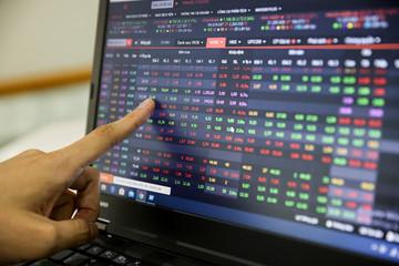 Thiếu lực đẩy cuối phiên, VN-Index chưa thể vượt mốc 1.000 điểm