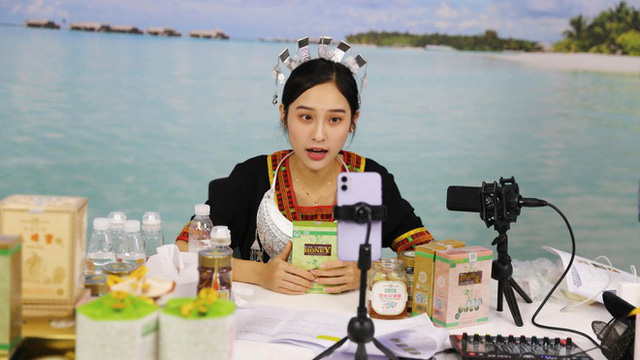 Một cô gái livestream bán hàng ở Trung Quốc. (Ảnh: AP)