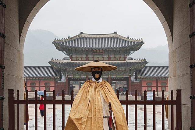 Nhân viên đeo khẩu trang tại khu di tích Cung Gyeongbok ở Seoul hôm 19/11. Ảnh: Reuters.
