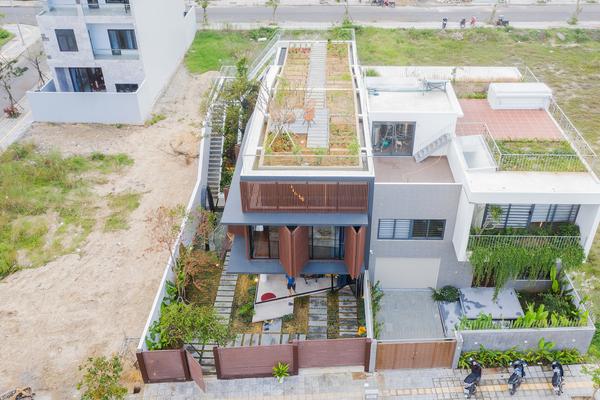 Nhà 2 tầng mở hoàn toàn với cửa kính, cả sân thượng là vườn trồng rau và khu vui chơi