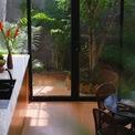 <p> Nhà có 4 tầng với tổng diện tích sử dụng là 400 m2, trong đó, chủ nhà và KTS thống nhất dành một khoảng diện tích lớn để làm giếng trời, đón ánh sáng và trồng cây xanh ở giữa. Với đặc trưng của một khu đất trong khu đô thị, dài và hẹp, nếu không có phương án thiết kế khoa học, công trình có thể bị thiếu sáng và bí bách.</p>