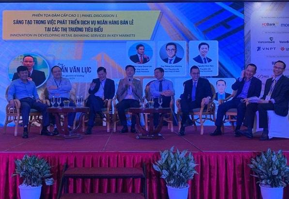 Lãnh đạo các ngân hàng thảo luận về quá trình chuyển đổi số ngày 26/11. Ảnh: BTC.