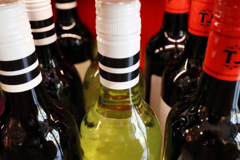 Căng thẳng thương mại gia tăng, Trung Quốc áp thuế chống phá giá với rượu Australia