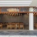 <p> Không gian được tách ra thành hai phần. Bên ngoài gồm không gian sân vườn kết hợp thư giãn, khu ăn uống, hay đơn giản là nơi tụ tập thảo luận nhóm.</p>