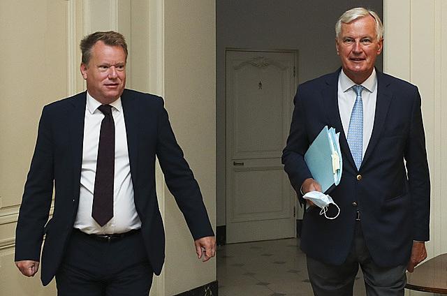Trưởng đoàn đàm phán thương mại hậu Brexit của EU Michel Barnier (phải) và người đồng cấp Anh David Frost (trái) tại vòng đàm phán ở Brussels, Bỉ ngày 21/8/2020. (Ảnh: AFP/TTXVN)