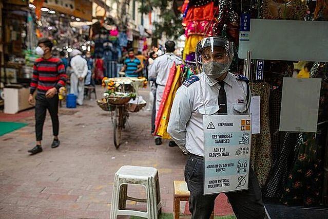 Một khu chợ tại New Delhi ngày 13/11. Ảnh: Bloomberg