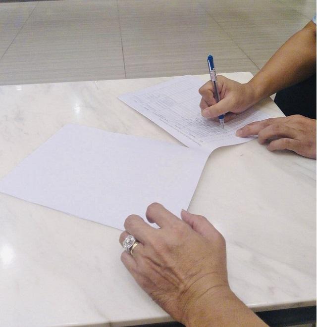 Tại chung cư Masteri, cư dân đến tận nhà xin chữ ký yêu cầu miễn nhiệm BQT. Ảnh: C.T.V