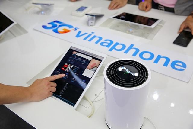 Vinaphone cũng lắp đặt cục phát WiFi để khách hàng không có thiết bị tương thích cũng có thể thử nghiệm tốc độ 5G. Ảnh: CH.