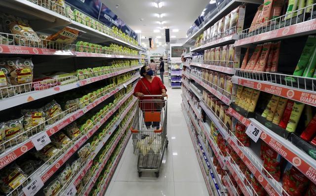 Thị trường bán lẻ bùng nổ ở Ấn Độ thu hút hai tỷ phú Jeff Bezos và Mukesh Ambani. Ảnh: Reuters.