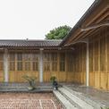 <p> Chất liệu tường và sân được sử dụng gạch đỏ lộ thiên, loại vật liệu bình dân nhưng tạo nên cảnh quan ấm cúng.</p>