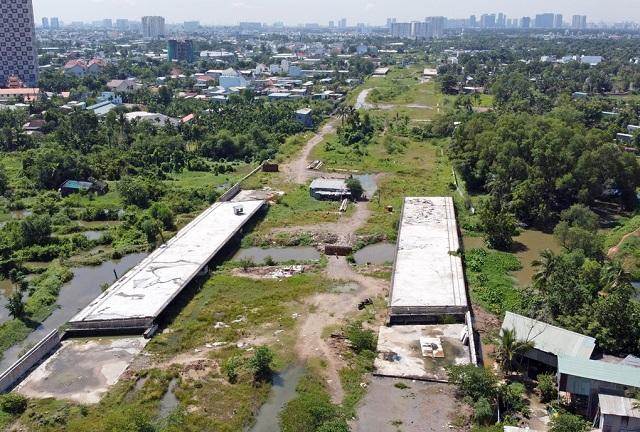 Đoạn từ đường Phạm Văn Đồng đến nút giao Gò Dưa dự án Vành đai 2 chưa thể hoàn thành sau 3 năm khởi công, ngày 28/11. Ảnh: Gia Minh.