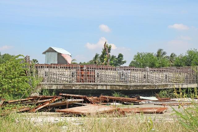 Cỏ mọc um tùm, sắt thép tua tủa ở đoạn từ đường Phạm Văn Đồng đến nút giao Gò Dưa, ngày 28/11. Ảnh: Gia Minh.