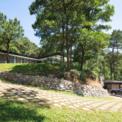 <p> Ẩn mình trên đồi thông diện tích 1.000 m2, ngôi nhà thép và kính do Idee Architects thiết kế có một tầm nhìn rộng, nhìn bao quát xung quanh thung lũng dưới lòng đất và vẫn giữ được sự riêng tư.</p>