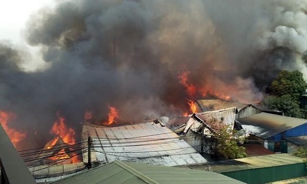 Hơn 10 xưởng gỗ ở Hà Nội bốc cháy dữ dội