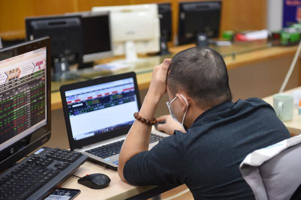 Cổ phiếu ngân hàng nâng đỡ, VN-Index tăng trở lại