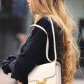 """<p> Cây bút của Vogue Paris còn đưa thêm gợi ý về món phụ kiện của thương hiệu Pháp là mẫu <strong>Hermès Constance</strong> (Kangkang) - được đánh giá là đỉnh cao của sự sang trọng tinh khiết. Thiết kế này phát triển nhanh chóng trong 12 năm qua, giá trị của nó tăng gấp 10 lần từ năm 2006 đến năm 2018. Dây đeo có thể điều chỉnh và móc cài chữ """"H"""" mang tính biểu tượng đảm bảo Constance là món phụ kiện cố định lâu dài trong bộ sưu tập Hermès. Ngoài ra, Kangkang còn là chiếc túi hiếm hoi có chữ viết tắt của thương hiệu xa xỉ. Ảnh: <em>Pinterest.</em></p>"""