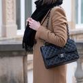 <p> <strong>Chanel Classic Flap Bag</strong> là món đồ vượt thời gian, phụ kiện mà mọi tín đồ thời trang đều mơ ước. Mẫu túi này có thiết kế vuông vắn, bóng bảy, khoác lên mình lớp da chần bông sang trọng và nữ tính. Là biểu tượng của địa vị và sự sang trọng, giá trị của nó từ đó tăng lên đáng kể. The Vintage Bar đánh giá Chanel là một trong những thương hiệu thời trang xa xỉ nhất, tăng giá 2-10% sau vài tháng. Hiện nay trên trang web của hãng, thiết kế này được bán với giá 5.800-7.700 USD. Ảnh: <em>Pinterest.</em></p>
