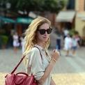 <p> Túi <strong>Louis Vuitton Sofia Coppola</strong> ra đời vào năm 2009 và trở thành mặt hàng chủ lực của nhà mốt Pháp. Nó được đặt theo tên của nữ diễn viên, đạo diễn, nhà sản xuất người Mỹ - Sofia Coppola - với nguồn cảm hứng là hình dáng mang tính biểu tượng của mẫu Speedy và Keepall, kết hợp tiện ích của túi du lịch và sự thoải mái của túi dùng hàng ngày. Theo Bagaholic, chất liệu da của thiết kế này không gặp phải bất cứ vấn đề gì về lớp bóng. Do vậy, nó vẫn sẽ giữ được vẻ ngoài hoàn mỹ sau vài năm sử dụng. Ảnh: <em>The Blonde Salad.</em></p>