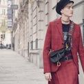 """<p> """"Túi <strong>Dior Saddle</strong> là một trong những biểu tượng luôn duy trì sự hiện đại"""", giám đốc sáng tạo của Dior - Maria Grazia Chuiri - chia sẻ. Là chiếc túi phổ biến vào giữa những năm 2000, nó """"lọt vào mắt xanh"""" của các tín đồ thời trang nhờ chi tiết như khóa chữ """"D"""" duyên dáng, họa tiết Oblique đặc trưng của nhà mốt Pháp. Ngay cả khi không có khóa chữ """"D"""", chỉ riêng hình dạng của chiếc túi đã đủ gây ấn tượng với người dùng. Ảnh: <em>Bagaholicboy.</em></p>"""
