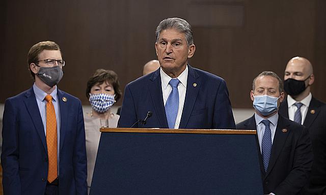 Thượng nghị sĩ Dân chủ Joe Manchin giới thiệu đề xuất về gói cứu trợ Covid-19 tại Tòa nhà Quốc hội ở Washington, Mỹ, hôm 1/12. Ảnh: AFP.