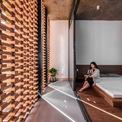 <p> Những bóng đổ thay đổi trên các bức tường hành lang vào ban ngày tạo sức hấp dẫn riêng của không gian này.</p>