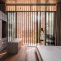 <p> Cách nâng cao phòng ngủ chính làm nó trở nên khác biệt với xung quanh. Sử dụng cửa trượt ở cả hai bên của căn phòng, các kiến trúc sư dự định làm cho nó thoáng khí hơn.</p>