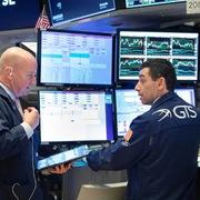 Phố Wall trái chiều, S&P 500 tiếp tục lập đỉnh