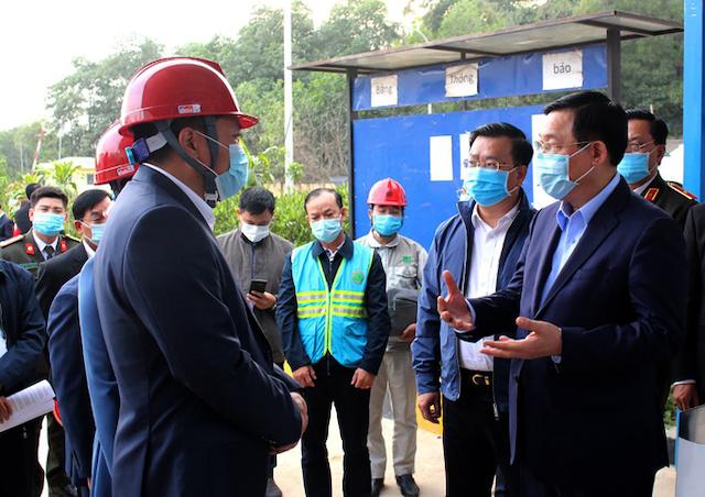 Bí thư Thành ủy Hà Nội Vương Đình Huệ trong buổi kiểm tra tại Khu liên hợp xử lý chất thải Nam Sơn, chiều 3/12.