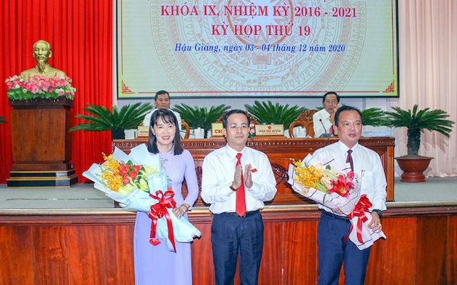 Phó Bí thư Thường trực Tỉnh ủy, Chủ tịch HĐND tỉnh Trần Văn Huyến tặng hoa chúc mừng ông Nguyễn Văn Hòa và bà Hồ Thu Ánh.