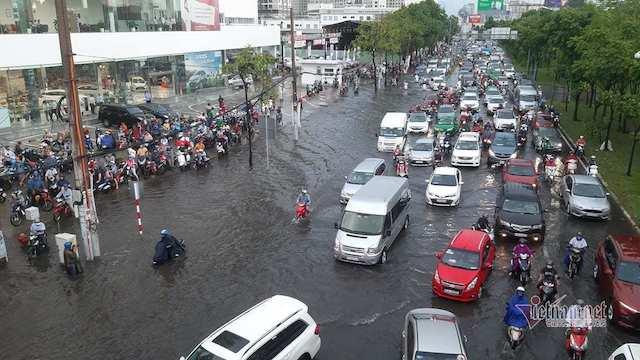 """Đường Nguyễn Hữu Cảnh trở thành """"rốn ngập"""" của thành phố, sau trận mưa lớn có đoạn ngập hơn nửa mét, giao thông tê liệt."""