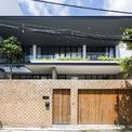 <p> Căn nhà nằm trong khu dân cư đông đúc của TP HCM. Chủ nhà là cặp vợ chồng trẻ với 2 con.</p>