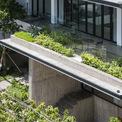 <p> Lô đất rộng 13 m và sâu 19 m. Tận dụng lợi thế của diện tích đất, toàn bộ ngôi nhà được tổ chức xung quanh một sân trong mang lại nhiều ánh sáng tự nhiên.</p>