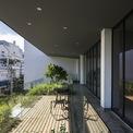 <p> Mặt tiền theo hướng Tây, ngôi nhà vì thế có một tấm chắn nắng tự động nhằm kiểm soát ánh nắng mặt trời.</p>
