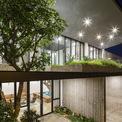 <p> Phần mái nhô ra phía trước giúp tránh ánh sáng mặt trời trực tiếp, cửa sổ hoàn toàn bằng kính mở.</p>