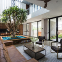 <p> Ở tầng trệt, sân trong mang lại đủ ánh sáng cho bồn trồng trung tâm với một cây nhiệt đới, trọng tâm chính của không gian giúp phân chia bếp và phòng ăn với phòng khách.</p>