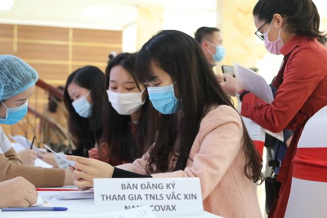 Các bạn trẻ đăng ký tham gia thử nghiệm lâm sàng vắc xin Nano Covax.