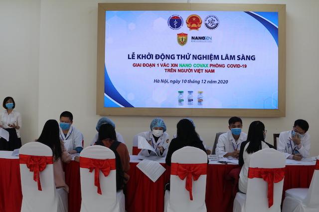 Bàn đăng ký tham gia thử nghiệm lâm sàng vắc xin Nano Covax rất đông các bạn trẻ tham gia đăng ký.