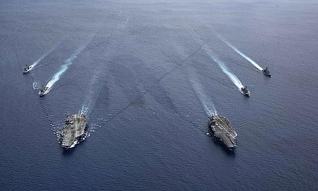 Nhóm tác chiến tàu sân bay USS Ronald Reagan và USS Nimitz của Mỹ diễn tập trên Biển Đông ngày 6/7. Ảnh:US Navy.