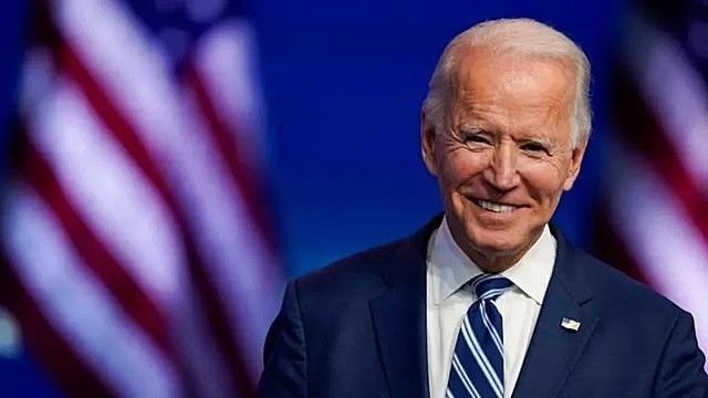 Joe Biden cười khi phát biểu tại Nhà hát Nữ hoàng ở Wilmington, Delaware, hôm 10/11. Ảnh: AP