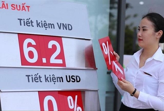 Các ngân hàng hạ lãi suất tiết kiệm từ đầu năm. Ảnh: Bảo Linh.