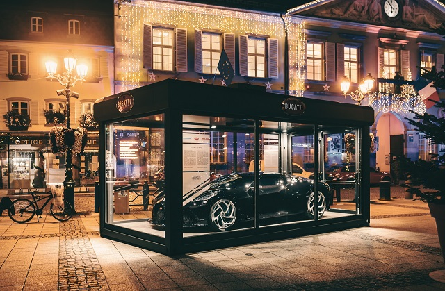 Siêu xe Bugatti hơn 13 triệu USD trở thành đồ trang trí Giáng sinh