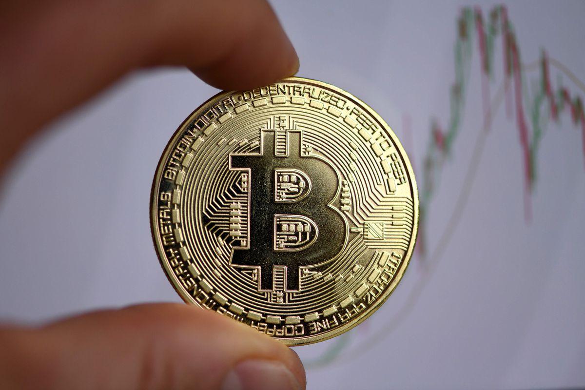 Bitcoin lần đầu tiên phá mốc 23.000 USD