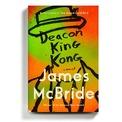 """<p class=""""Normal""""> <strong>Deacon King Kong - James McBride</strong></p> <p class=""""Normal""""> James McBride đã tái hiện lại Brooklyn vào những năm 1960 qua một tiểu thuyết trinh thám tội phạm nhiều tầng ý nghĩa. Một ông trùm ma túy đột ngột bị bắn chết dẫn đến cuộc điều tra trên diện rộng và mở ra một xã hội đầy hỗn loạn.</p> <p class=""""Normal""""> Bằng ngòi bút đanh thép của mình, McBride cho chúng ta thấy rằng không phải tất cả bí mật đều nên được che giấu, rằng cách tốt nhất để trưởng thành là đối mặt với sự thay đổi. Chỉ khi đó hạt giống tình yêu nằm trong hy vọng và lòng trắc ẩn mới nảy nở giữa con người với con người.</p> <p class=""""Normal""""> Tác giả James McBride đã được bạn đọc Việt biết đến qua cuốn hồi ký cảm động Màu của nước. Ông cũng từng chiến thắng giải Sách quốc gia Mỹ với cuốn sách The Good Lord Bird được chuyển thể thành phim năm 2020.</p>"""