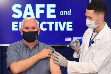 Phó tổng thống Mỹ tiêm vaccine Covid-19 trực tiếp trên truyền hình