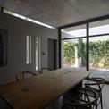 <p> Để có tầm nhìn xuyên suốt, từ phòng khách, phòng ăn đến sân trong và sân sau, kiến trúc sư đã sử dụng một tấm kính lớn để xóa nhòa ranh giới bên trong và bên ngoài.</p>